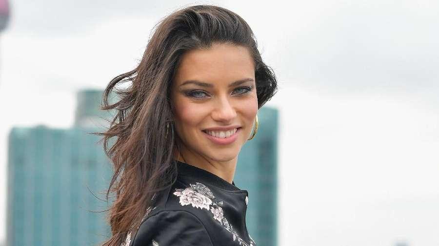 Adriana Lima Kasih Ciuman untuk Kalian Nih, Gengs!