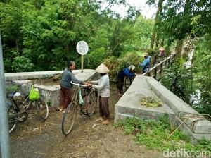 Belum Diperbaiki, Warga Masih Lewati Jembatan Miring di Bantul