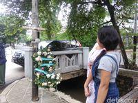 Warga foto-foto di tiang lampu, lokasi kecelakaan Setya Novanto