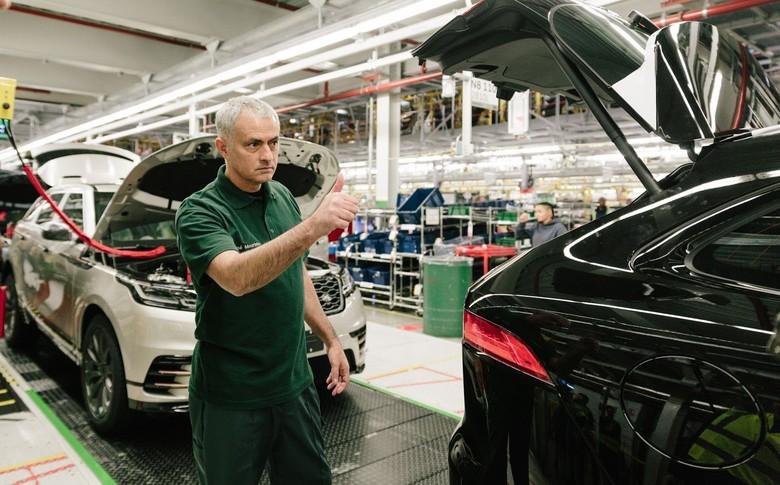 Saat Jose Mourinho jadi mandor di pabrik mobil Jaguar. Foto: Carscoops