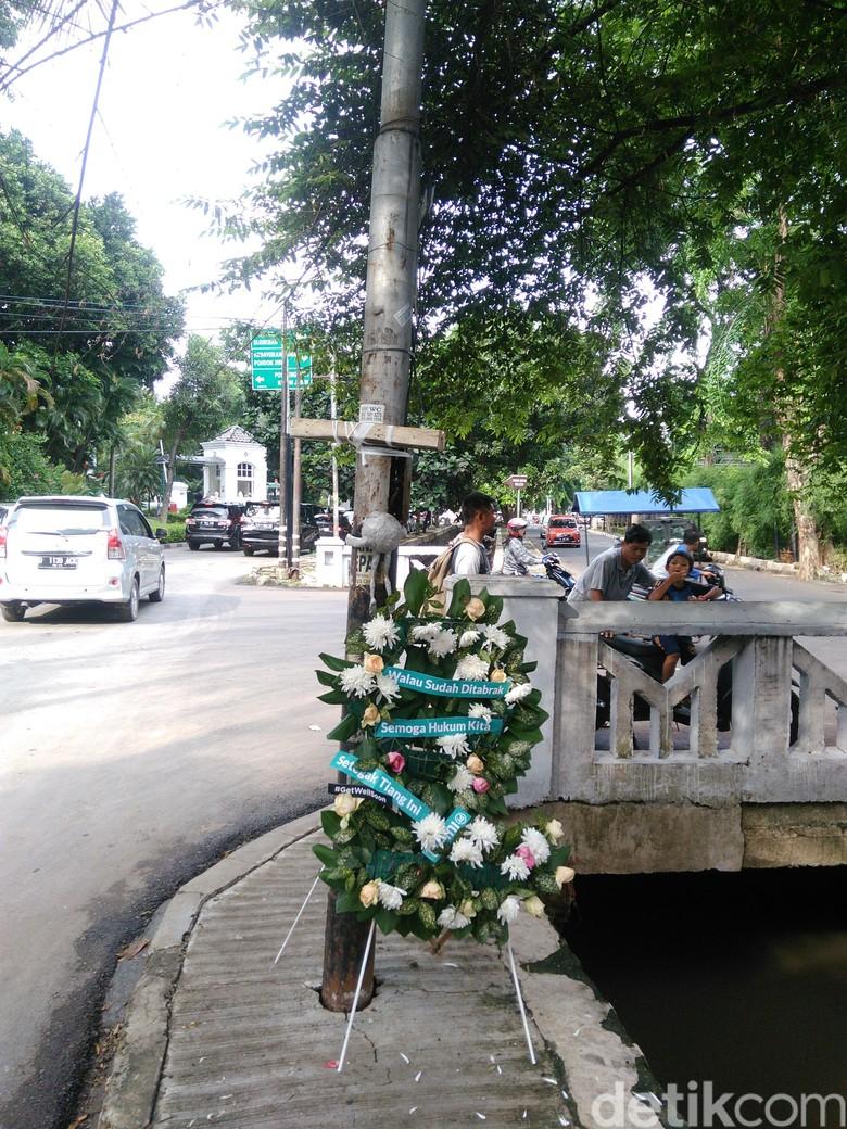 Tiang Lampu Novanto Jadi Spot Selfie Warga, Posenya Lucu-lucu
