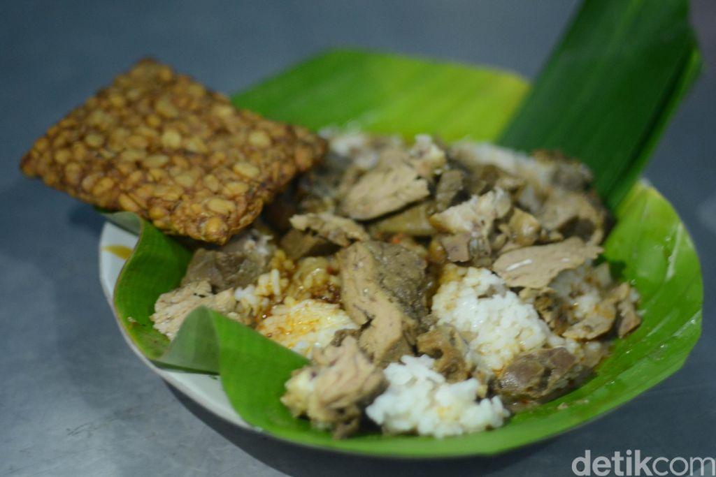 Nasi gandul, kuliner khas Pati. Disebut nasi gandul karena dulunya dipikul dagangannya