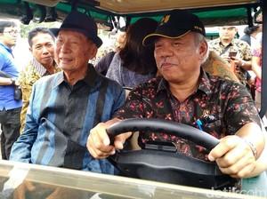 Cek Rumah Subsidi, Dua Menteri Naik Mobil Golf Bareng Ciputra