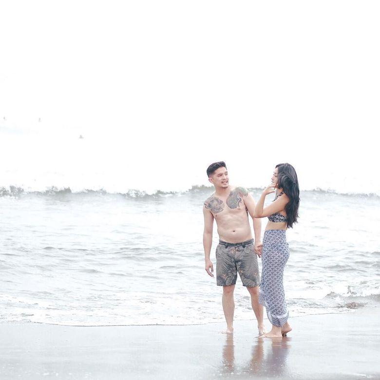Selvi Kitty sepertinya tengah menikmati liburan bersama sang kekasih di pantai. Foto: dok Instagram