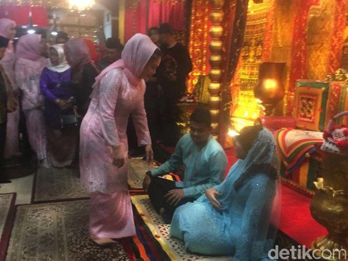 Foto: Kahiyang-Bobby tiba di kediaman Bobby di Medan. (Jefris-detikcom)