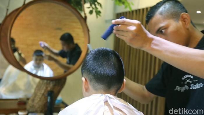 Para pelanggan menikmati fasilitas potong rambut barbershop Barber Pinggir Jalan, Kelapa Gading, Jakarta Utara. Tren bisnis jasa barbershop makin berkembang dari hari ke hari.