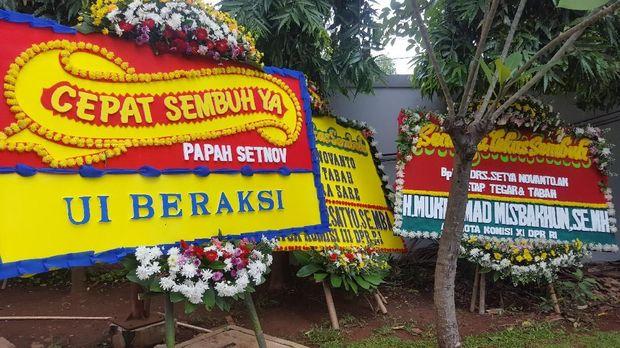 arangan bunga bertuliskan 'Cepat sembuh ya, papah Setnov' diletakkan di belakang gedung bersamaan dengan karangan bunga yang datang kemarin.