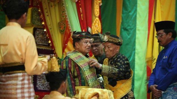 Wapres JK mendapat menerima gelar adat Sri Perdana Mahkota Negara dari Lembaga Adat Melayu
