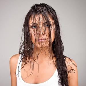 7 Bahaya Tidur dengan Rambut Basah