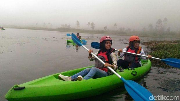 Mengayuh Kayak di Dataran Tinggi Dieng, Banjarnegara.