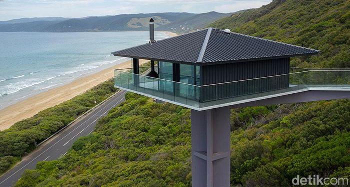 Dengan menggunakan trik perspektif dan arsitektur modern yang elegan, para arsitek dari perusahaan Arsitektur F2 Australia telah menciptakan rumah sewa mewah yang mengambang dan tampak melayang.