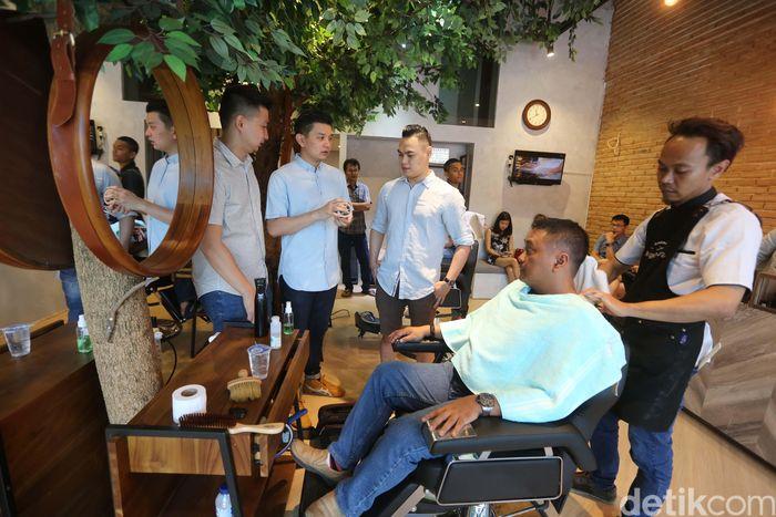 Pemilik barbershop Barber Pinggir Jalan (kiri-kanan) Kris, Stefan, dan Rico, saat berbincang dengan pelanggan. Perkembangan generasi milenial yang stylish mendorong pertumbuhan barbershop di setiap sudut kota.