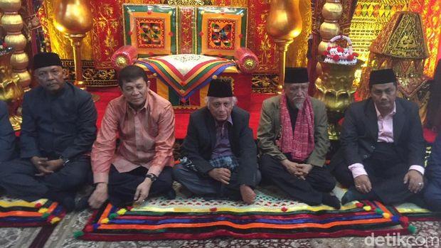 Patuan Kumala (tengah) berbicara sebagai Raja Panusunan tentang adat pernikahan Kahiyang dan Bobby.
