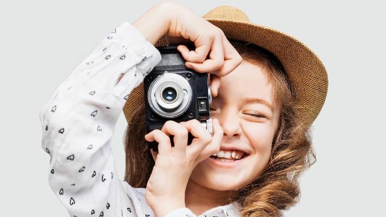 Ilustrasi anak mengambil foto/ Foto: Thinkstock