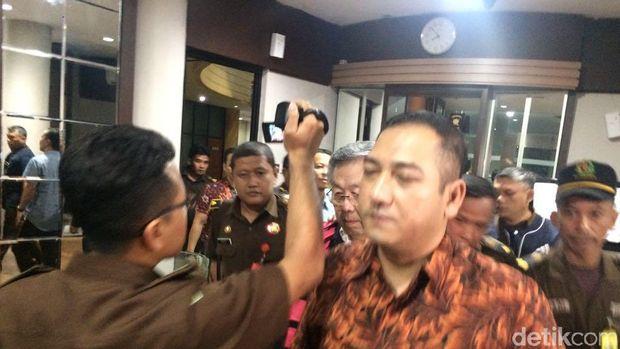 Edward Soeryadjaya usai diperiksa di Kejagung dan hendak ditahan