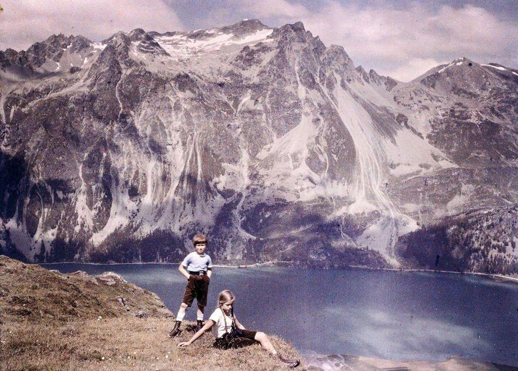 Foto dua orang anak berpiknik dengan latar belakang pegunungan pada tahun 1925. Foto: Imgur