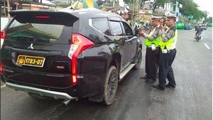 Mobil Pakai Pelat Nomor Polisi Palsu, Harus Diikat di Tiang Listrik