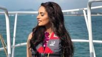 Manushi jug sempat berwisata naik speedboat di China. Sambil mengenakan jaket pelampung, Manushi tampak sungguh menikmatinya (@manushi_chhillar/Instagram)