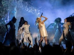Berdarah, Selena Gomez Menawan di Panggung AMAs 2017