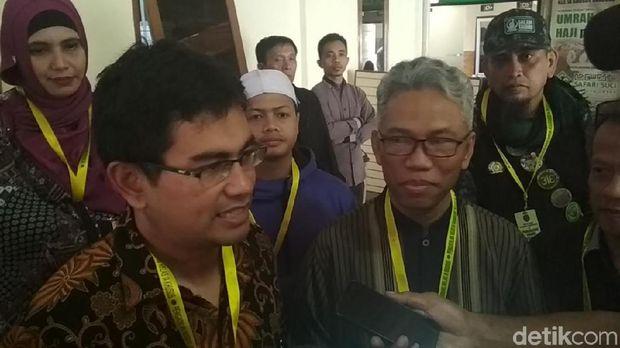 Buni Yani (kanan) dan pengacaranya di PN Bandung, Senin (20/11/2017)