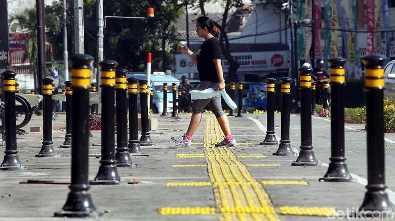 Semoga dengan banyaknya fasilitas trotoar membuat orang Indonesia rajin jalan kaki. Foto: Rengga Sancaya