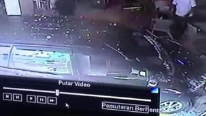 Hendak Parkir, Mobil Ini Justru Masuk ke Restoran Cepat Saji di Aceh