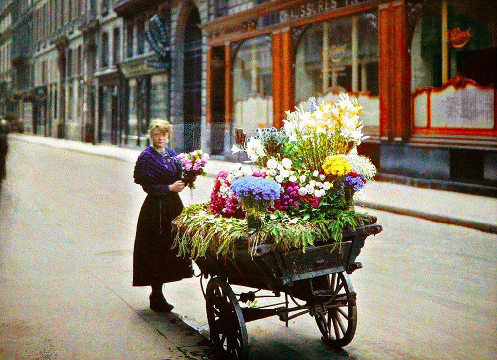 Seorang penjual bunga di jalanan Paris pada tahun 1914. Foto: Imgur