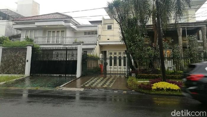 Rumah-rumah Setya Novanto di Pondok Indah, Jakarta Selatan seperti luput dari perhatian. Padahal Ketua DPR tersebut punya 4 rumah di kawasan elit itu.