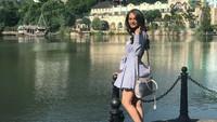 Masih dalam momen kompetisi Miss World 2017, Manushi juga sempat datang ke Shenzhen di Guangdong. Ia pun tampak cantik dengan pakaian casual dan latar danau indah (@manushi_chhillar/Instagram)