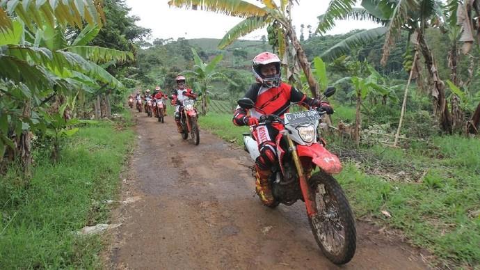 Terabas Hutan Pakai Motor Trail