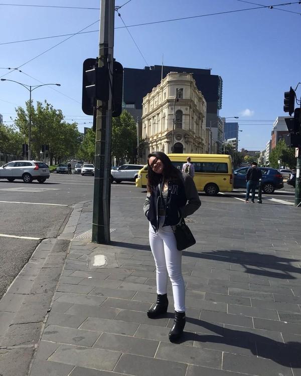 Dimanapun negara dan apapun musimnya, Shafa terlihat selalu stylish dengan pakaian yang dikenakan saat traveling. Keren! (Instagram/shafaharris)