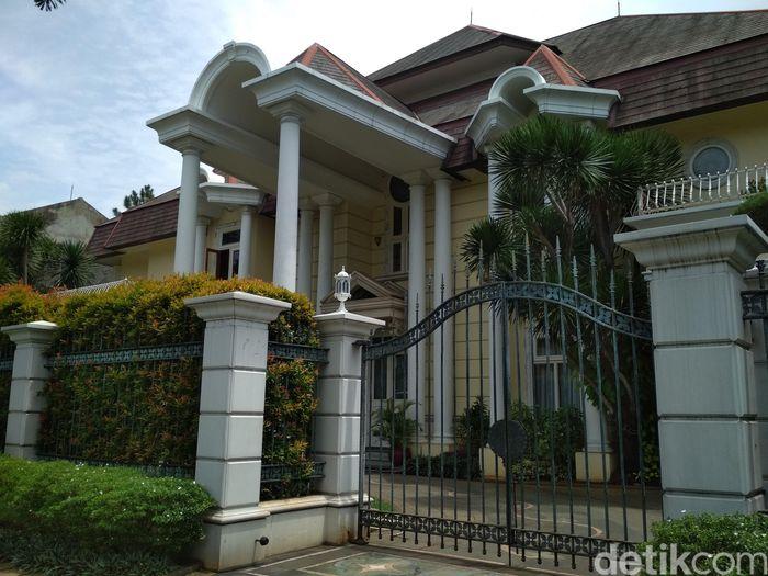 Rumah Novanto di Pondok Indah, Jakarta Selatan, terdiri dari 4 kavling yang membentuk 4 rumah saling berpunggungan. Diperkirakan harganya mencapai Rp 81 miliar. Danang Sugianto/detikcom.