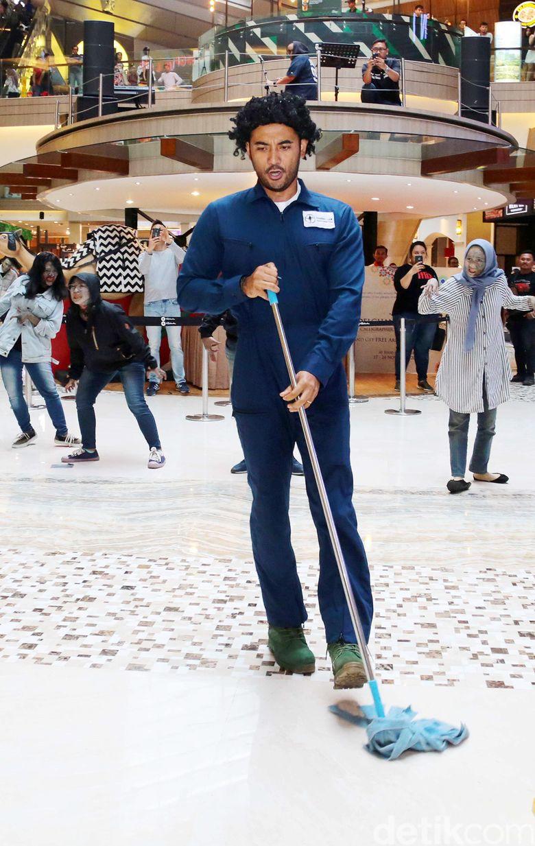 Ario Bayu menjadi seorang cleaning service di sebuah mall di kawasan Tebet, Jakarta Selatan pada akhir pekan lalu. Pool/Ismail/detikFoto.