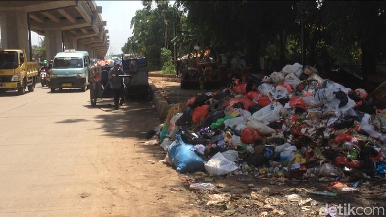 Sampah Menumpuk di Pinggir Jalan Kalimalang