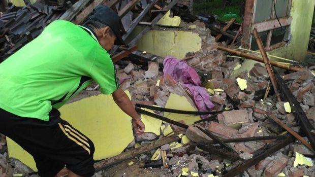 Di tempat ini Nenek Lasiem terjatuh tertimpa material bangunan