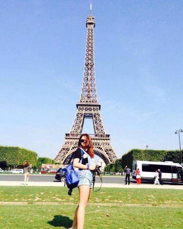 Tidak lupa, ia berkunjung ke Paris, Prancis dan berfoto di depan Menara Eiffel yang ikonik! (Instagram/shafaharris)