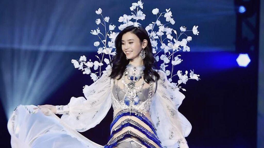 Momen Model Jatuh di Catwalk Disiarkan, Victorias Secret Diprotes Netizen