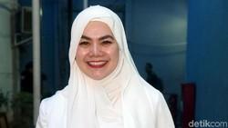 Penampilan Sarita Tanpa Hijab yang Bikin Heboh