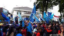Hari Ini UMK Ditetapkan, Buruh di Jabar Demo