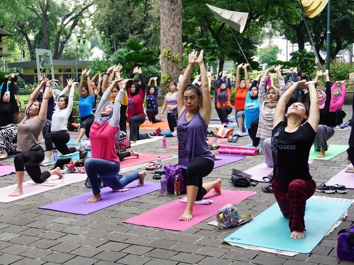 Yoga gembira gratis di Taman Surapati/Foto: Widiya Wiyanti/detikHealth