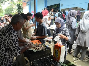 Hari Ikan Nasional, Alumni-Ratusan Mahasiswa IPB Bakar Ikan Bersama