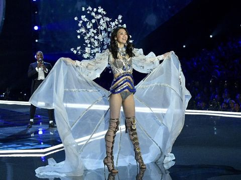Fallen Angel, Model asal China Terjatuh Saat Fashion Show Victoria's Secret