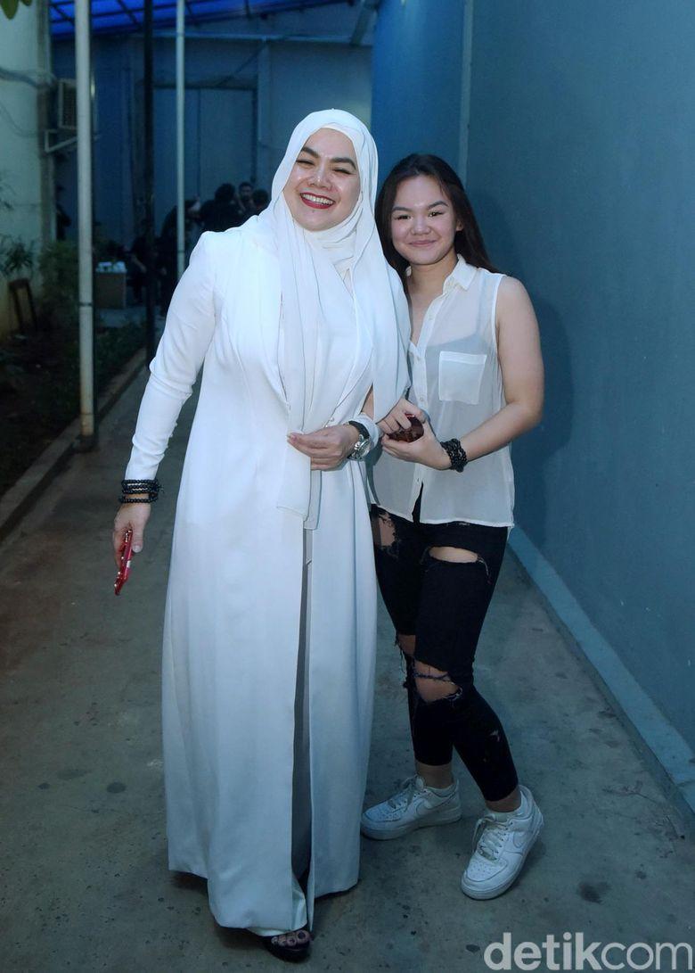 Sarita Abdul Mukti dan Shafa saat ditemui di Studio Trans TV, Kapten Tendean, Jakarta Selatan pada Senin (20/11). Pool/Noel/detikFoto.
