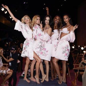 Pamer Tubuh Seksi di Catwalk, Ini Diet Para Model Victoria's Secret 2017