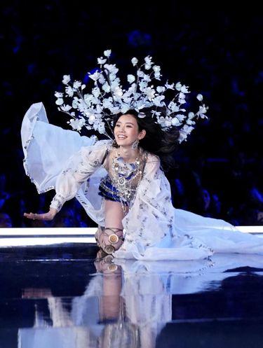 Momen Model Jatuh di Catwalk Disiarkan, Victoria's Secret Diprotes Netizen
