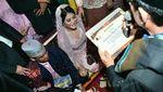 Senyum Merekah Putri Jokowi Saat Terima Sertifikat Boru Siregar