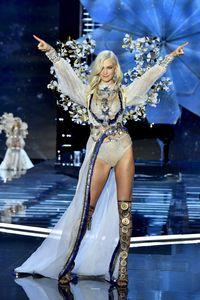Komentar Menohok Karlie Kloss Soal Alasan Pembatalan Show Victoria's Secret