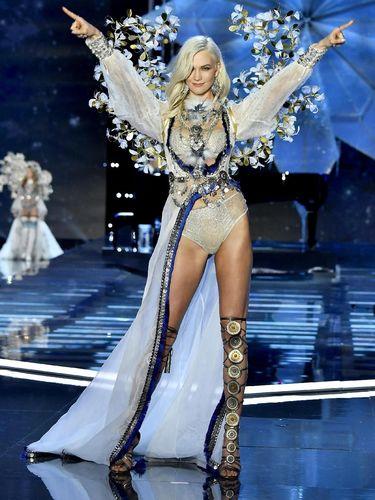 Welcome Back! Karlie Kloss Eksis Lagi di Victoria's Secret Fashion Show