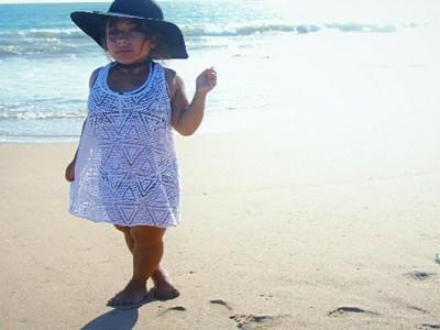 Foto Tubuh Mungil Model Wanita dengan Kondisi Langka Achondroplasia