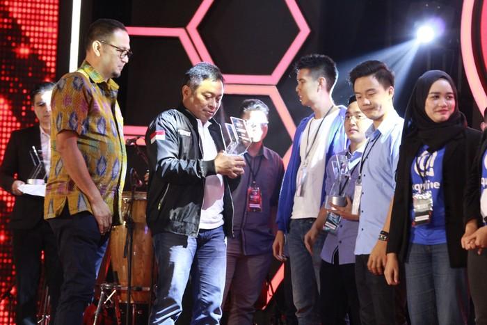 Dirut Telkomsel memberi pernghargaan pada pemenang. Foto: Telkomsel